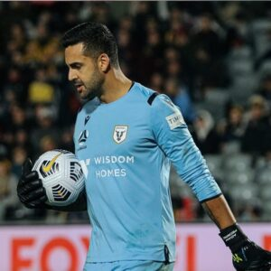 Knee injury forces big man between the sticks to retire